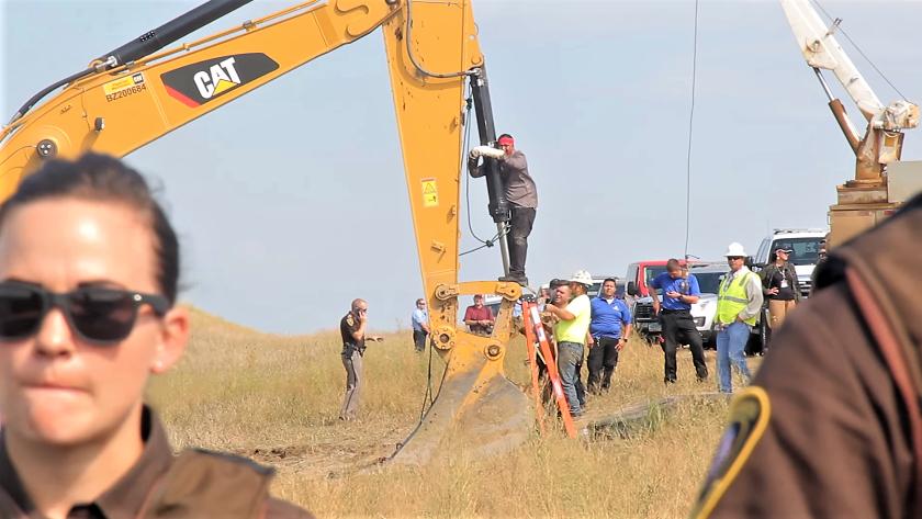 """31 de de agosto de, 2016 - Dakota del Norte - Los protectores de agua #NoDAPL que han llegado a estar junto a los Sioux, la tribu de Standing Rock  hicieron una acción directa no violenta bloqueandose por sí mismos a una máquina de construcción. Esto es """"happi"""" de la Nación Sicangu, procedentes de Rosebud"""