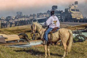 Sioux frente a la policia en las protestas contra la construción de un pipeline en Dakota (EEUU)