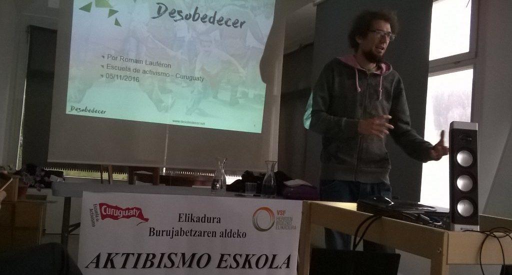 Romain Lauféron, en la escuela de activismo de Curuguaty, organizado por VSF Justicia Alimentaria Global y dinamizado por la Faktoria Lila.