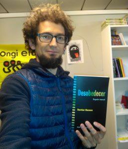 """Romain Lauféron con el libro """"Desobedecer, pequeño manual"""""""