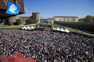 20 000 personas manifiestan su apoyo al desarme de ETA el 08 de abril 2017 en Baiona